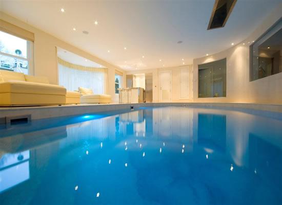Giải nhiệt với bể bơi trong nhà