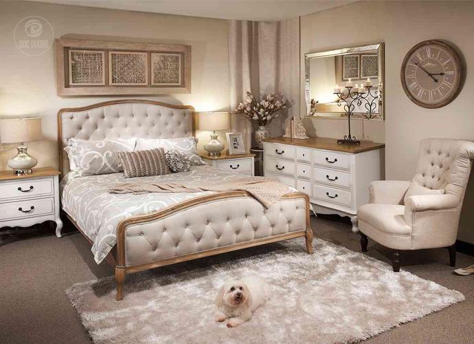 Một thiết kế nội thất phòng ngủ khác theo phong cách cổ điển với gam màu trắng. Đa số những thiết kế phòng ngủ theo phong cách cổ điển đều được kết hợp cùng thảm trải sàn.