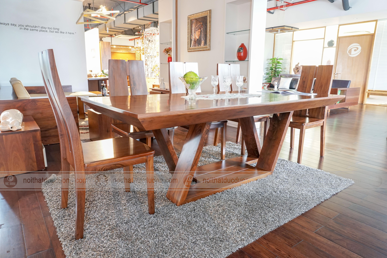 Mẫu bàn ăn được làm từ gỗ óc chó nhập khẩu từ Bắc Mỹ